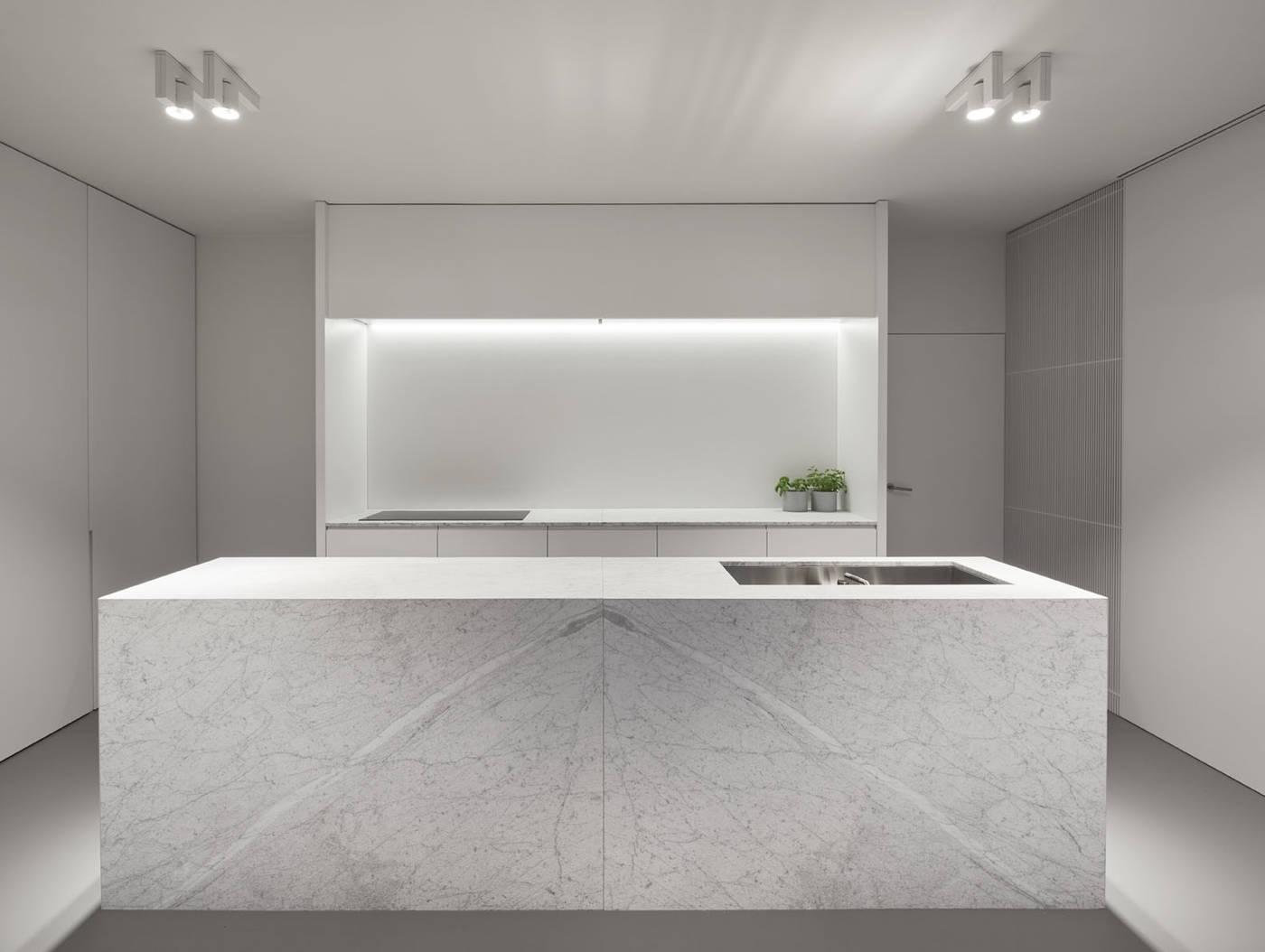 Nieuwe keuken met riant kookeiland